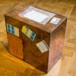 Walead Beshty, varinis kubas (Fedex® Kraft Box© 2005 Fedex 157872 Rev 10/05 SSCC), tarptautininis prioritetas, Los Andželas–Ženeva, trk#860603386371, 2011 m. kovo 9–14 d., tarptautinis prioritetas, Ženeva–Kaunas trk#803581825107, 2015 m. rugsėjo 2–7 d., 2011. Foto: Remio Ščerbausko