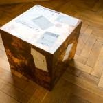 Walead Beshty, 16 colių varinis kubas (Fedex® Kraft Box© 2005 330504 10/05 SSCC), tarptautinis prioritetas, Los Andželas-Briuselis trk#861718438308, 2011 m. rugpjūčio 31 – rugsėjo 2 d., tarptautinis prioritetas, Briuselis-Paryžius trk#876303869097, 2013 m. sausio 23 – 24 d., tarptautinis prioritetas Paryžius-Briuselis trk#899244571053, 2013 m. gegužės 14 – 15 d., tarptautinis prioritetas, Briuselis-Kaunas trk#806093127029, 2015 m., rugpjūčio 25 – 28 d., 2011. Foto: Remio Ščerbausko